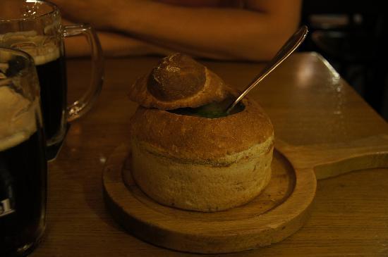 V Kolkovne Restaurant: zuppa di patate e funghi nel pane