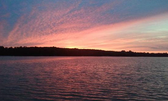 The Retreat at Miller's Landing : Beautiful sunsets over the lake at the Retreat