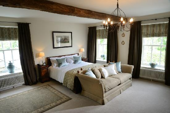 The Plough: Torsin Suite- Super king sized sleigh bed & roll top bath