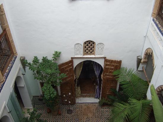 Riad Dar Mayssane : Vista del patio interior