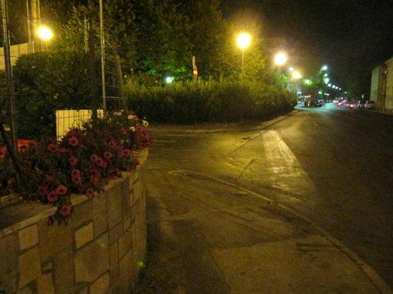 La tu' Viareggio: incrocio machiavelli-piazzale dante e via burlamacchi con veduta del piazzale della stazione fer