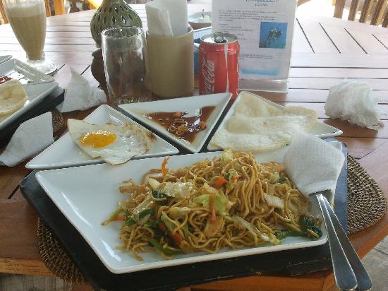 Puri Wirata Dive Resort and Spa Amed: Mie goreng en el hotel