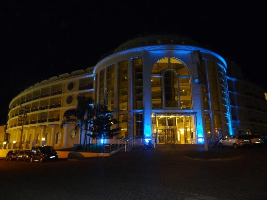 Pineta Park: Hotel at night from the front