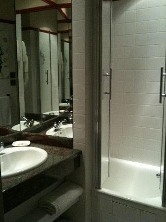 La petite salle de bain photo de hotel terminus du forez - Exemple petite salle de bain ...