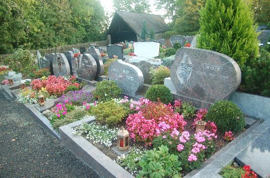 Hotel Goerres: Beautifully tended graves