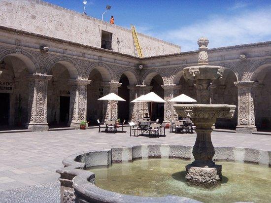 El Petit Cafe : interior courtyard