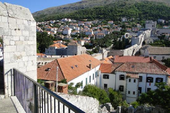กำแพงเมืองโบราณ: From bottom of the walls looking up