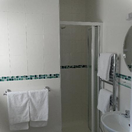 Heenefields Guest House: On-Suite Bathroom