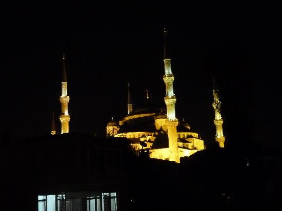 Dersaadet Hotel Istanbul: Blue Mosque at night