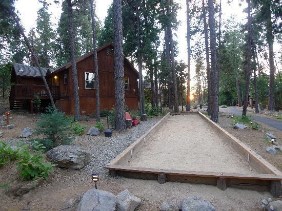 เอเวอร์กรีนลอดจ์ แอท โยเซมิตี:: Our cabin with adjacent bocce ball court