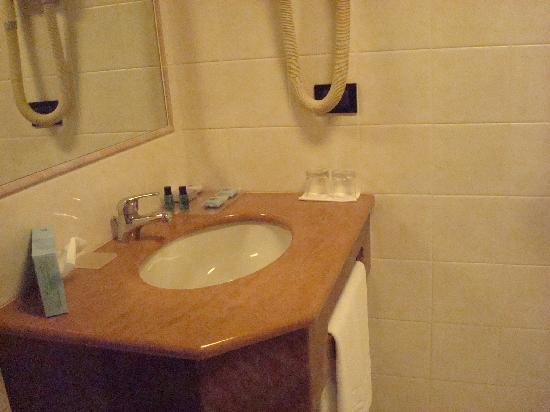 Hotel Plaza Padova: Salle de bain avec douche