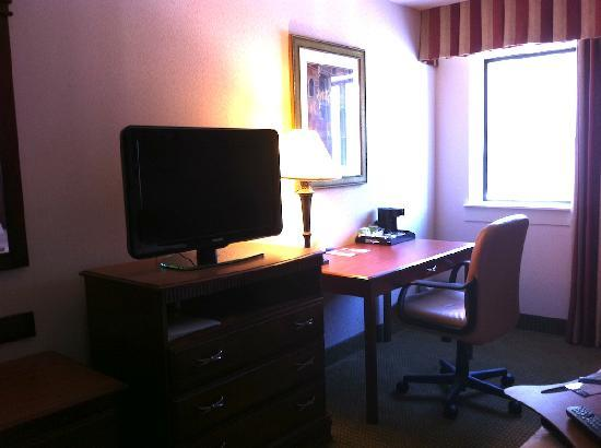 AmericInn Hotel & Suites Omaha: Desk in the room