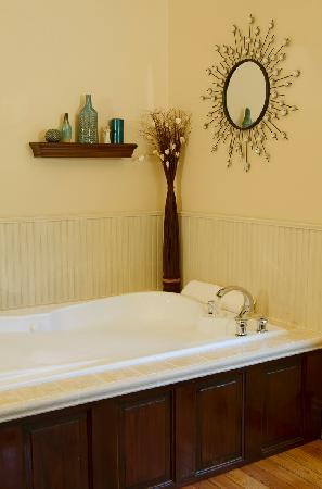 The Miller's Daughter Bed and Breakfast: Relax in Viola's room whirlpool