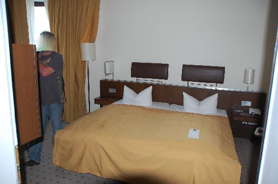 Dorint Hotel Frankfurt-Niederrad: Schlafzimmer im Novotel