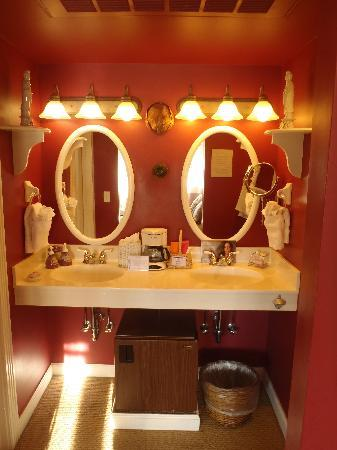 Old Town Guesthouse B&B: Oriental Poppy Bathroom