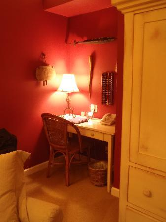 Old Town Guesthouse B&B: Oriental Poppy desk