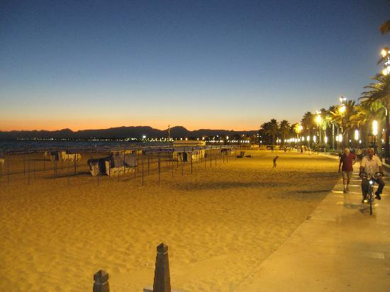 Golden Port Salou: Beach at night