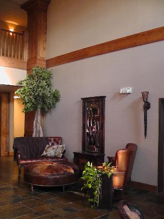 Inn at Cross Keys Station: Grand seating and plants