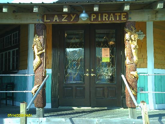 Drifters Reef Hotel: Lazy Pirate Bar & Grill at the motel