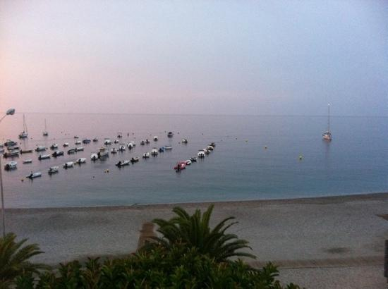 Hotel Embarcadero de Calahonda: Early on the beach