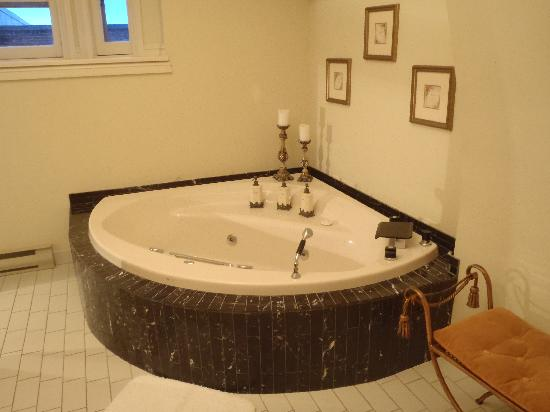 Brockville Victoria Inn: I stayed in the William Buell Suite. I just about died when I saw this tub.