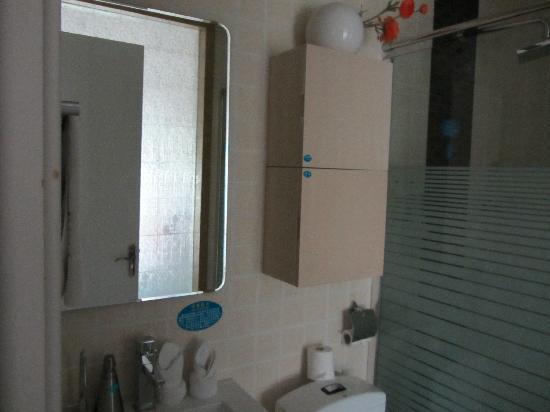 Yiwu Friend Hotel: bathroom