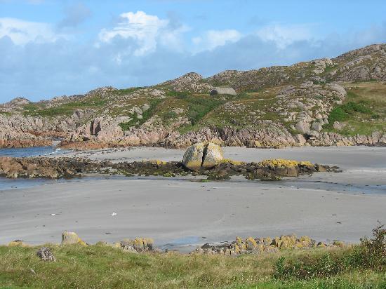 Seaview Bed & Breakfast: Split rock at Fionphort, Isle of Mull