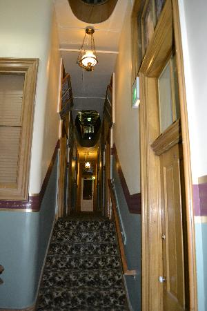 Silver Queen Hotel: The upstairs hallway