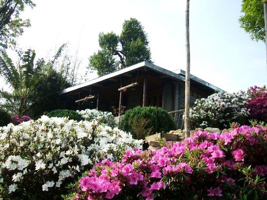 Samthar Farm House: garden cottage