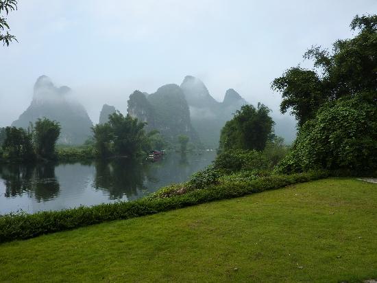 หยางซั่ว เมาเท่น รีทรีท: View from Mountain Retreat Hotel on the Li River