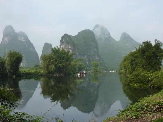 หยางซั่ว เมาเท่น รีทรีท: Li River with beautiful lust Karst Mountains