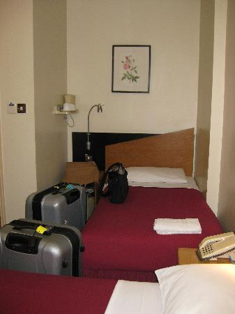 Comfort Inn Buckingham Palace Road: No room for 2suitcases in small family room.