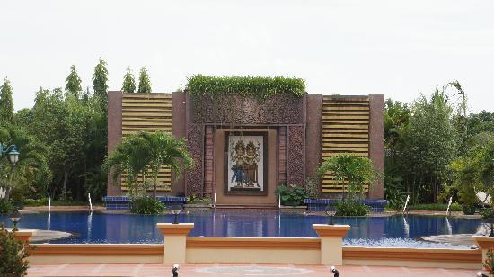 Angkor Era Hotel: 泳池壁畫