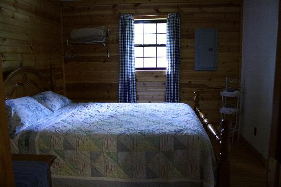 Sunrise Log Cabins: Downstairs bedroom