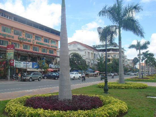 Khmeroyal Hotel: front khmer royal hotel