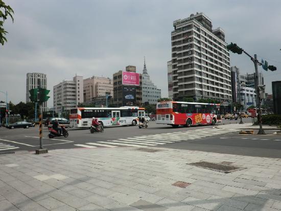 Taipei Garden Hotel: 右側の高い建物がホテルです。目の前は片側3車線ぐらいの大通りです。