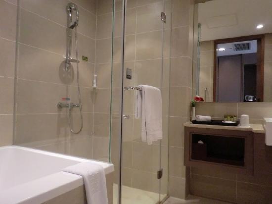 ไทเป การ์เด้น โฮเต็ล: バスムールです。右が洗面台、左がシャワーブースと浴槽です。