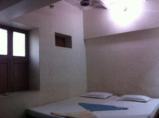Puja Guest House: Basic non-A/C room