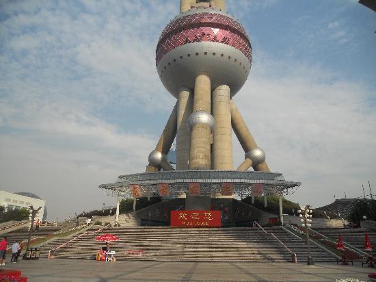 หอไข่มุก (ตง-ฟาง-หมิง-จู-ต่า): Oriental Pearl Tower: entrance