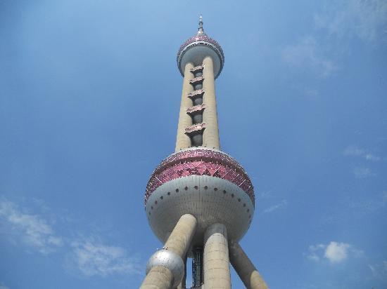 หอไข่มุก (ตง-ฟาง-หมิง-จู-ต่า): Oriental Pearl Tower: view of lower and middle bauble
