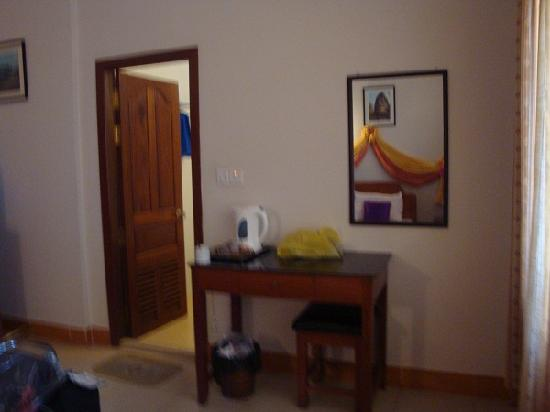 Golden Orange Hotel: The desk gave provided a good area for the tea fixings