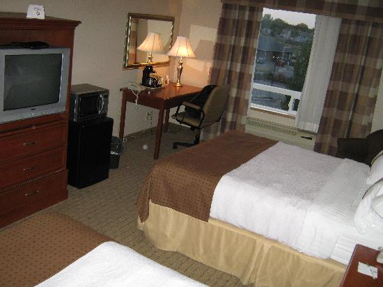 Holiday Inn Hotel & Suites Regina: desk tv, fridge and microwave