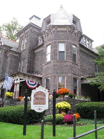 Reynolds Mansion Bed and Breakfast: Outside street view