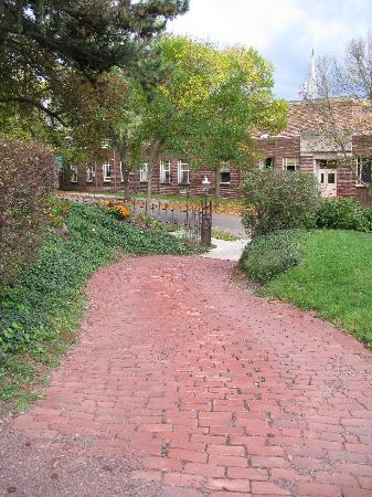 Reynolds Mansion Bed and Breakfast: Driveway