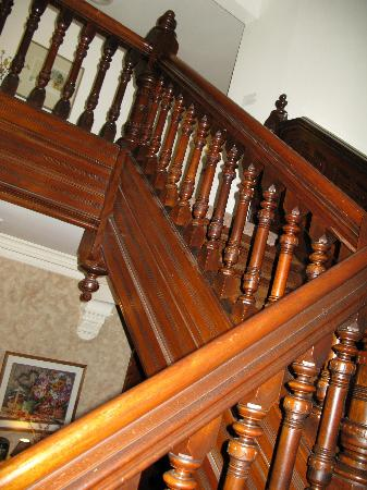 Reynolds Mansion Bed and Breakfast: Staircase to 2nd and 3rd floor