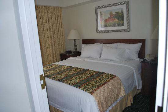 Residence Inn Toronto Airport: camera da letto con un 2°  televisore