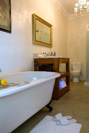 Capeblue Manor House : All bathrooms have bath and shower