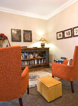 Capeblue Manor House: Library in lounge area