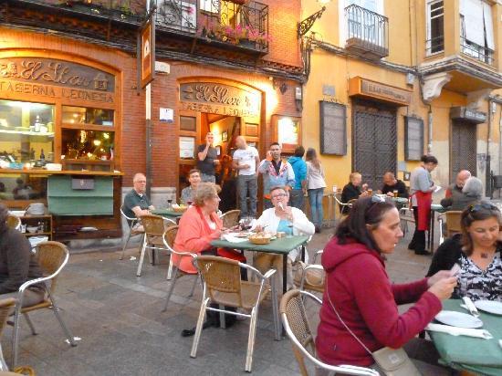 Hostal Don Suero: Bar Leon in St Martins