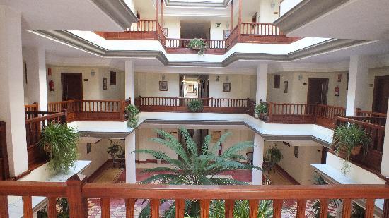 Hotel Riu Garoe: Patio interior del hotel